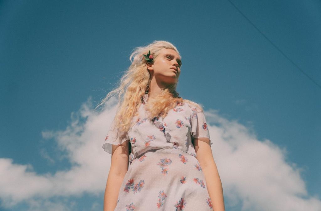 девушка в платье с цветочным принтом.jpg